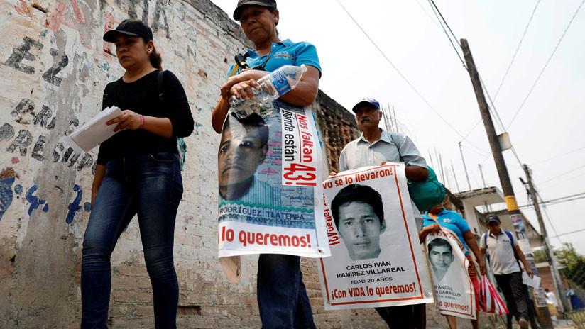"""Familiares de los 43 de Ayotzinapa tildan el caso como un """"fracaso judicial"""" tras liberación de presunto responsable"""