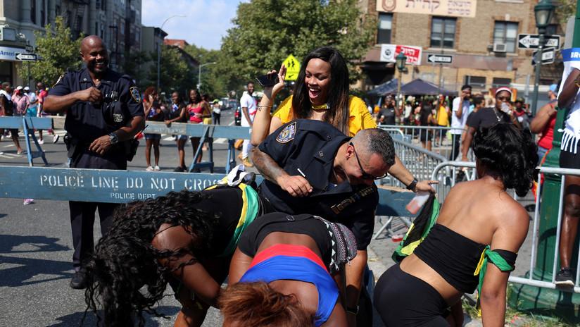 VIDEOS: Graban a policías bailando con mujeres semidesnudas durante un desfile en Nueva York