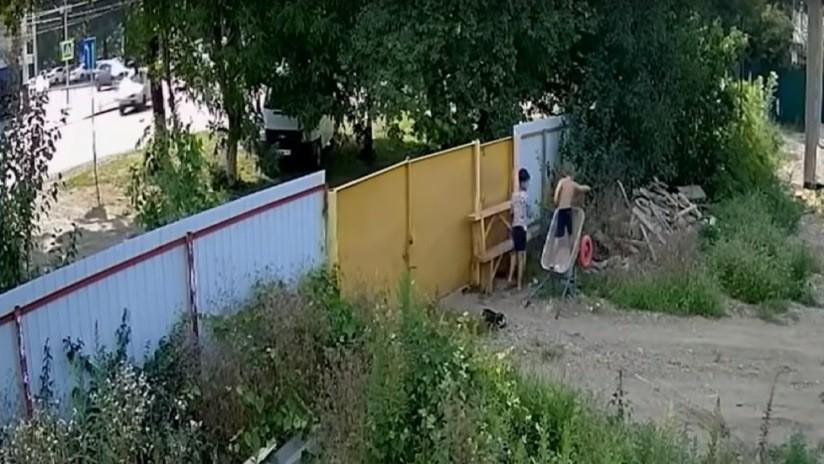 VIDEO: Arrasa en las redes la escena del supuesto robo de una carretilla por parte de dos tenaces niños rusos
