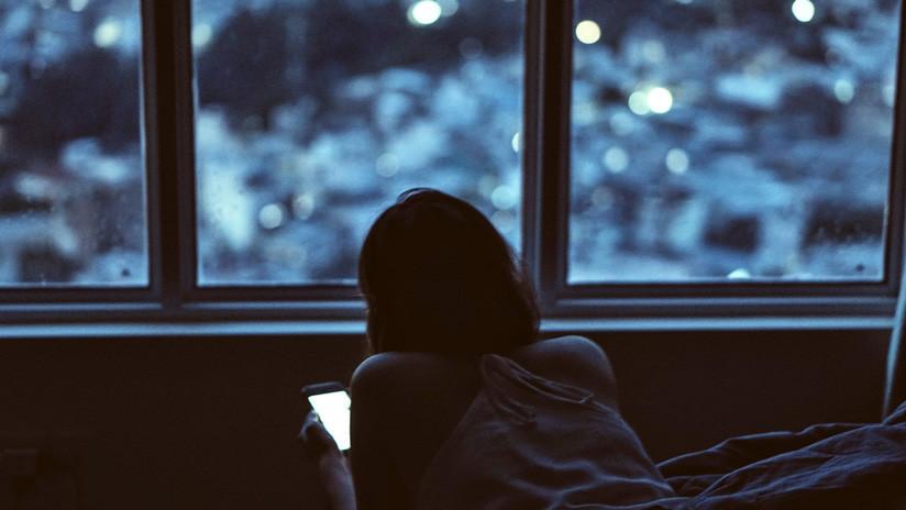 Una mujer juega repetidamente en su celular en la oscuridad y desarrolla glaucoma