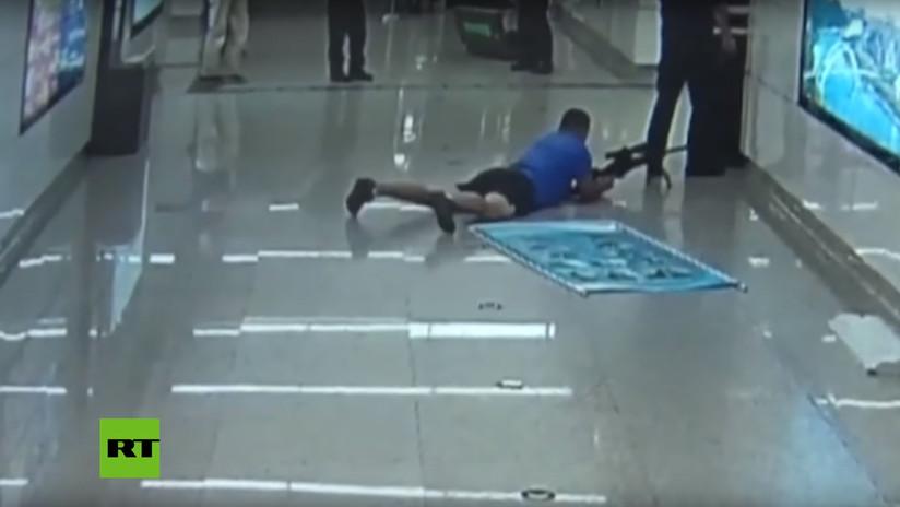 Un francotirador abate a un secuestrador suicida disparando entre las piernas de un policía
