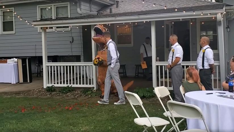 VIDEO, FOTOS: Una dama de honor se presenta en la boda de la novia vestida de dinosaurio