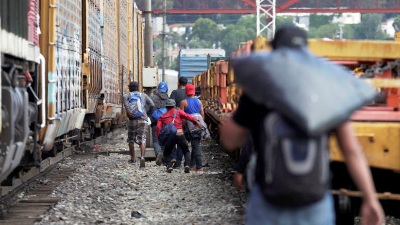 México anuncia que el flujo de migrantes hacia EE.UU. descendió un 56 %