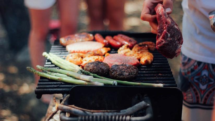 Miles de personas planean hacer barbacoas para boicotear a la vegana que demandó a sus vecinos por el olor a carne