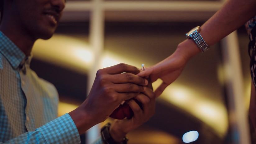 'Amor ciego': Se fotografía un mes con el anillo de compromiso cerca de su novia sin que ella se lo vea