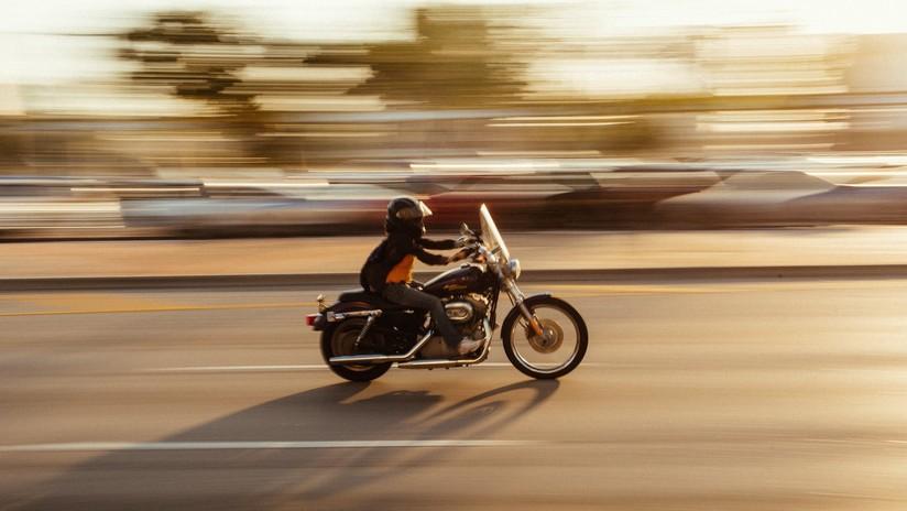 VIDEO: El karma instantáneo le devuelve el golpe a un motociclista que pateó el espejo de un auto