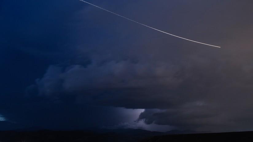 """Británicos reportan """"objetos misteriosos en el cielo"""" y provocan la búsqueda policial de un avión caído"""