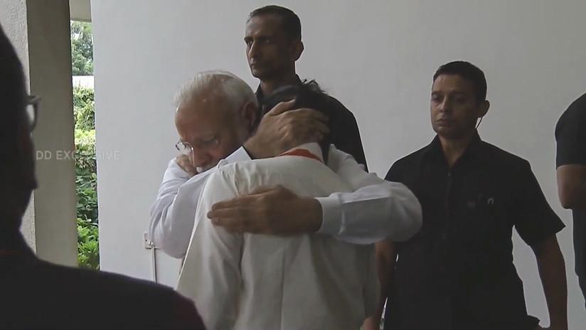 VIDEO: Primer ministro de India consuela con un abrazo al jefe de la agencia espacial del país tras el fracasado alunizaje de la misión Chandrayaan-2