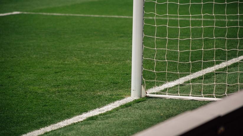VIDEO: Cae y marca un gol tumbado sobre el césped