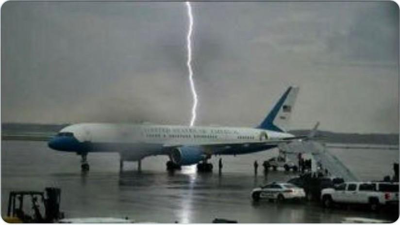 Un rayo cae a un lado del avión de Trump
