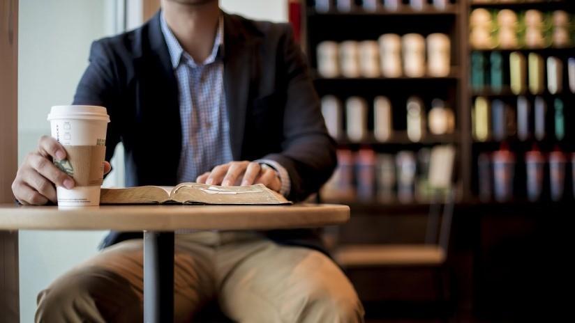 Una empleada de un Starbucks de Dubái encuentra una bolsa con 53.000 dólares y la devuelve