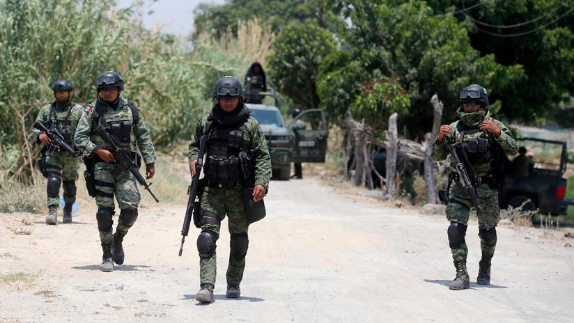 VIDEOS: Militares y civiles se enfrentan con palos, piedras y tiros al aire en México