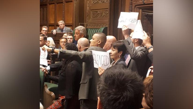 """VIDEO: Parlamentarios británicos protestan contra la suspensión del Parlamento con canciones, carteles y gritos de """"vergüenza"""""""