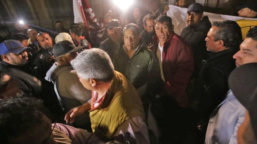 Manifestantes bloquean los accesos a la conferencia del presidente López Obrador (VIDEOS)