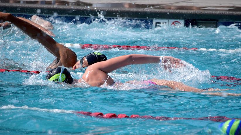 """Una joven gana una competencia de natación y es descalificada por usar un traje de baño """"revelador"""""""