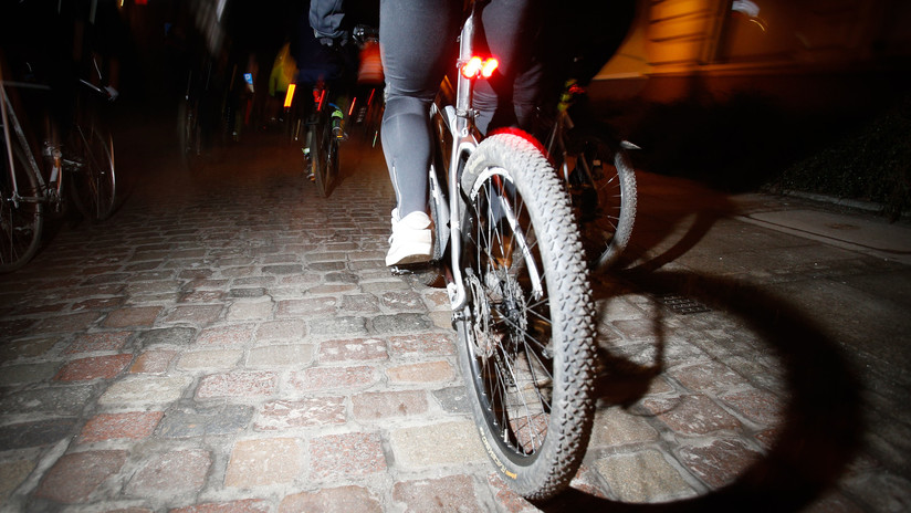 VIDEO: Un asaltante en bicicleta arranca el celular de la mano de una turista que transmitía en vivo en Sao Paulo