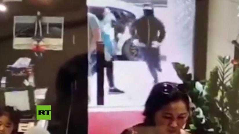 VIDEO: Una puerta de cristal 'invencible' frena a unos ladrones armados con machetes en Hong Kong