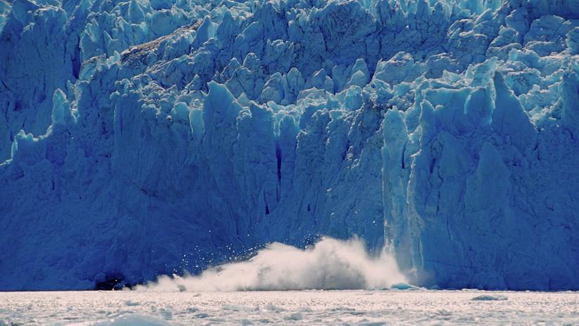 VIDEO: El momento en que enormes bloques de hielo se desprenden de un glaciar en Alaska y generan una gran ola en el mar