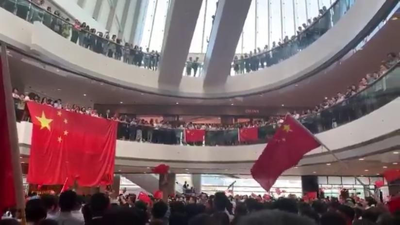VIDEO: Manifestantes pro-Pekín ondean banderas chinas en un centro comercial en Hong Kong