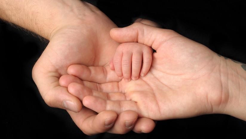 """Por un error de fecundación in vitro tienen una hija de """"rasgos asiáticos"""", se divorcian y demandan a la clínica de fertilidad"""