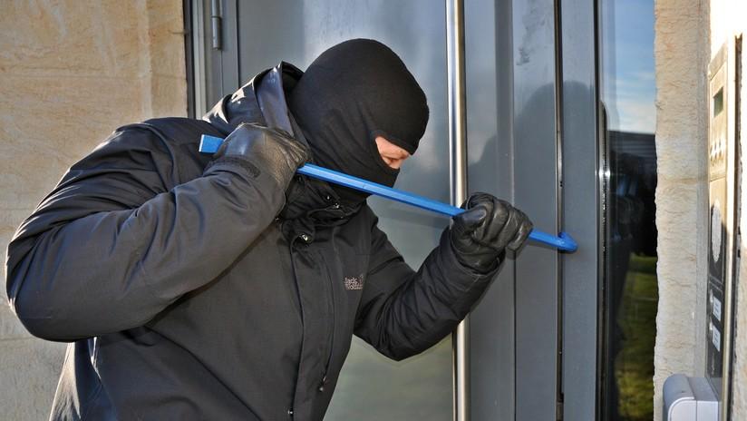 """VIDEO: Un intruso accede a una casa, se topa con el dueño y se va tranquilamente tras decirle que solo """"estaba buscando algo"""""""