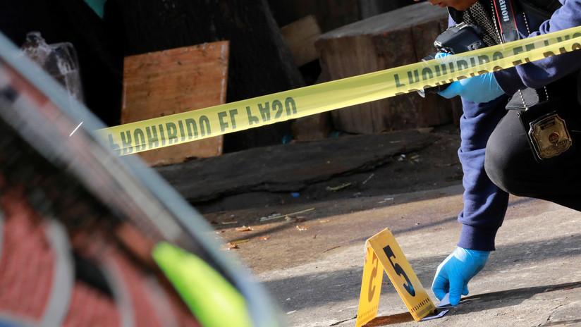 VIDEO: Sicarios atacan a balazos a un comandante policial mexicano y lo rematan tras recargar sus rifles