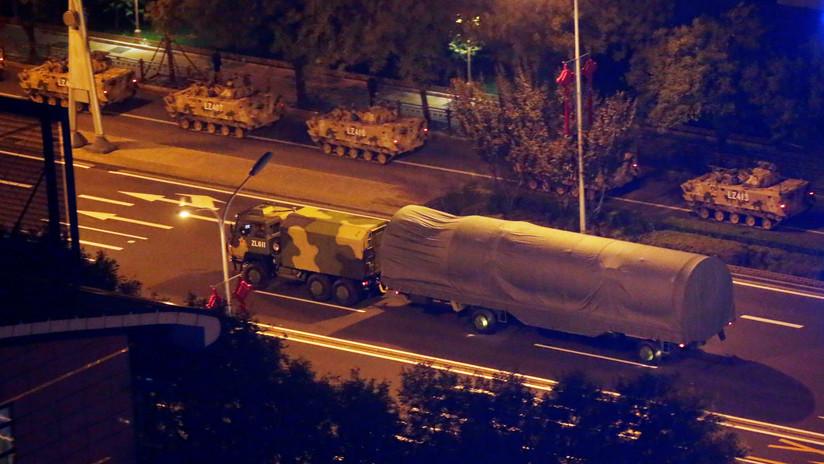 ¿Drones submarinos y planeadores hipersónicos? China ensaya un desfile militar con sus nuevas armas cubiertas con fundas (FOTOS)