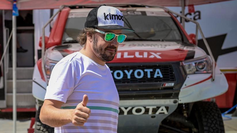 VIDEO: El piloto Fernando Alonso se prepara para el rally Dakar 'volando' sobre las aguas de Catar