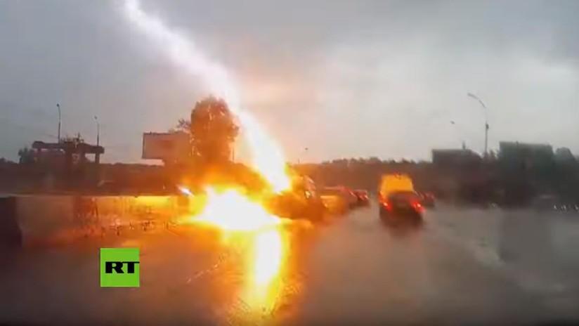 VIDEO: Un rayo impacta dos veces en un coche que circula por una carretera en Rusia