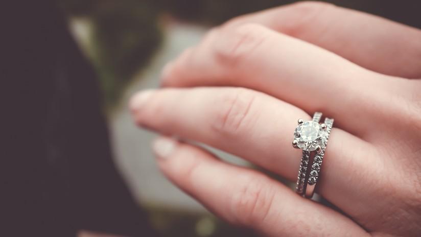 Sueña con haberse tragado su anillo de compromiso y al despertar se da cuenta de que sí lo hizo (FOTOS)