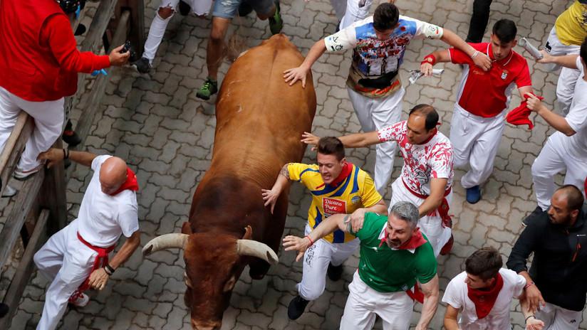 Un toro enfurecido cornea y arrastra por metros a un joven durante fiesta taurina en España (VIDEO, FOTOS)