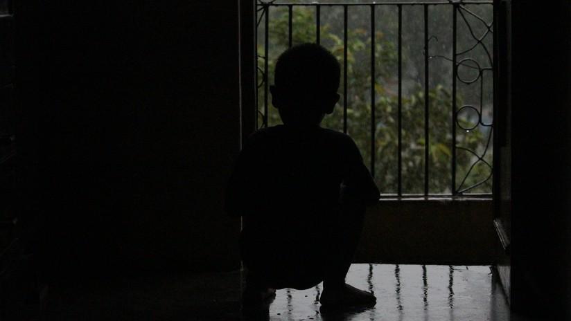 VIDEO: Un niño de tres años sale por la ventana y se sube al aparato de aire acondicionado de un edificio