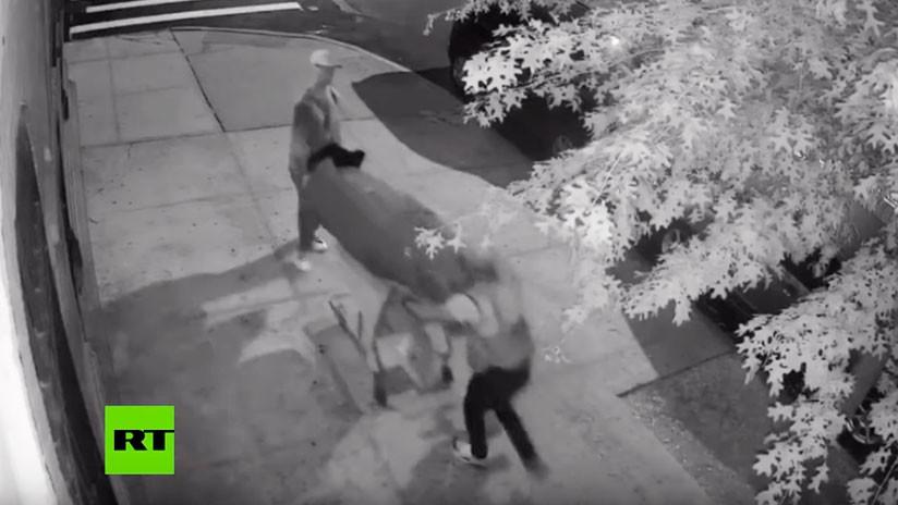 Cámara de vigilancia graba a dos hombres llevando un cadáver envuelto en una alfombra por Nueva York