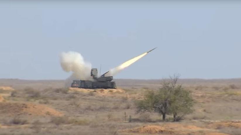 Sistemas antiaéreos rusos S-300 y S-400 repelen un 'ataque' durante unos ejercicios militares (VIDEO)