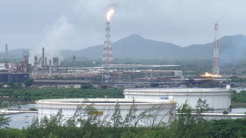 VIDEO: Reportan incendio por explosión en refinería de la mexicana Pemex en Oaxaca