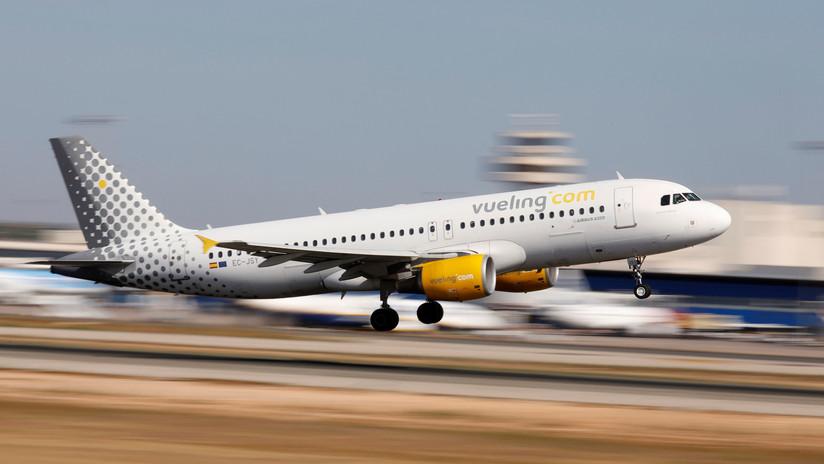 Pasajeros evacúan un avión en Barcelona en medio de un caos por humo en la cabina (VIDEOS)