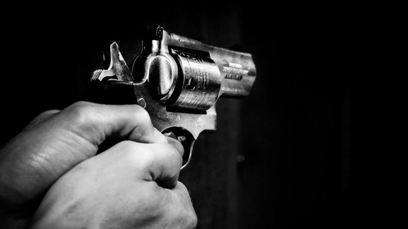 VIDEO: Un poste y la mala puntería de su atacante le salvan la vida a un hombre