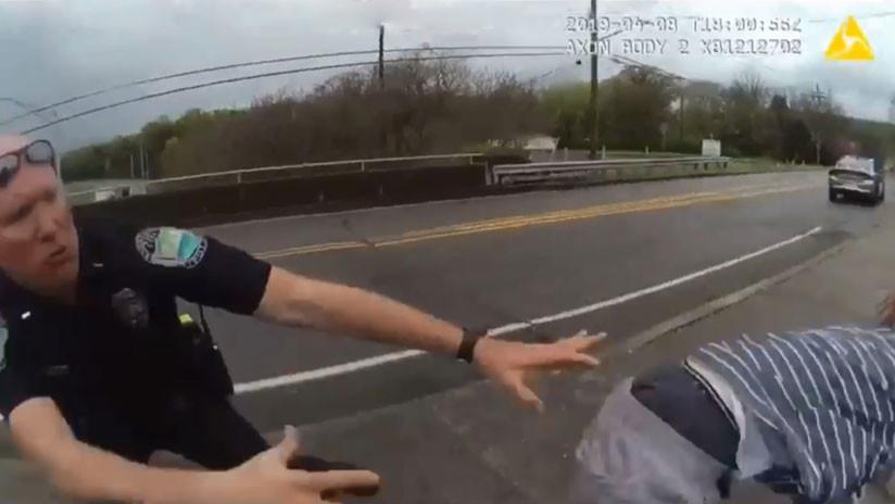 VIDEO: Un suicida salta de un puente en EE.UU. y dos policías lo agarran en el último segundo