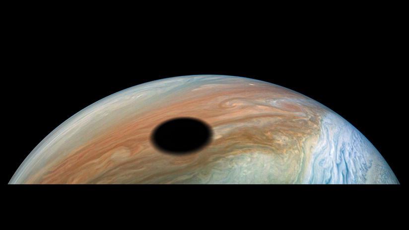FOTOS: La NASA capta la imagen de un eclipse lunar en Júpiter
