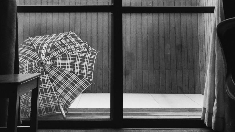Un paraguas bloquea la entrada en una oficina durante días y en la Red llueven las soluciones (FOTO)
