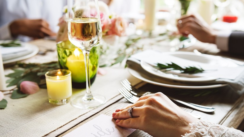 Corren de boda a invitada por servirse mucha comida
