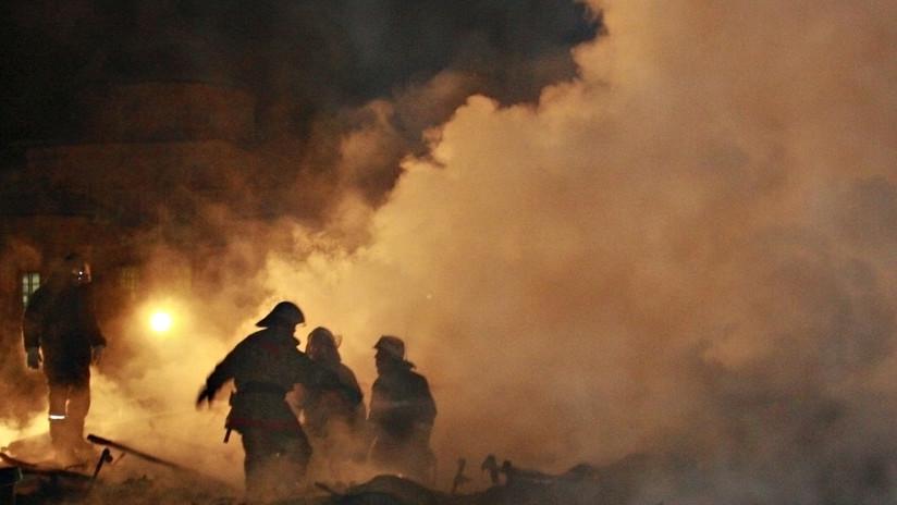 VIDEOS: Un enorme incendio consume un centro comercial en Chechenia y desata el pánico de cientos de visitantes