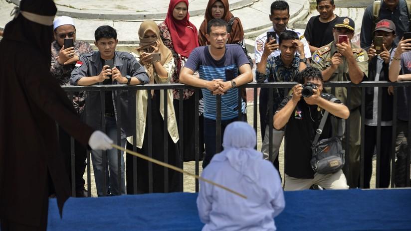 Una mujer se desmaya tras ser azotada públicamente junto a otras cinco personas en Indonesia