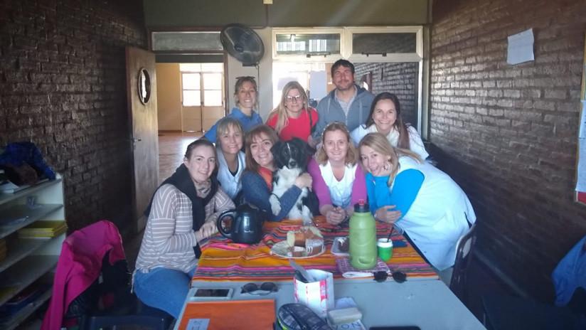 Escuela argentina premia con una 'libreta de calificaciones' a una perra por asistir todos los días a clase