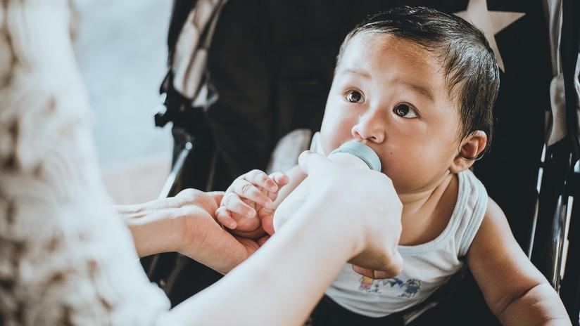 Una familia alimenta todos los días a su bebé con 5 tazas de café porque no tiene cómo proveerle leche (VIDEO)