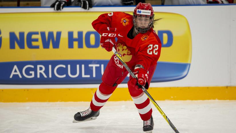 """""""Lo aprendí de Khabib"""": Jugadora rusa de hockey se convierte en hábil luchadora en pleno partido (VIDEO)"""