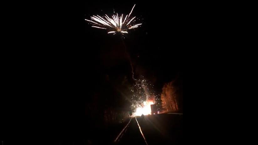VIDEO: Un camión con fuegos artificiales se prende fuego y monta un improvisado espectáculo pirotécnico en el cielo nocturno