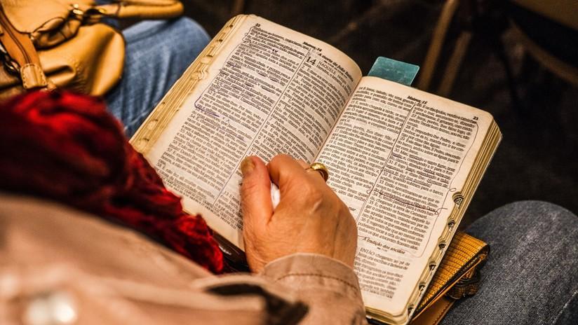Una trabajadora doméstica gana casi 5 millones de dólares en la lotería tras colocar su boleto en la Biblia