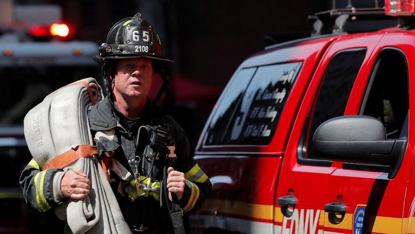 Bomberos combaten un incendio en un edificio de Times Square — Estados Unidos