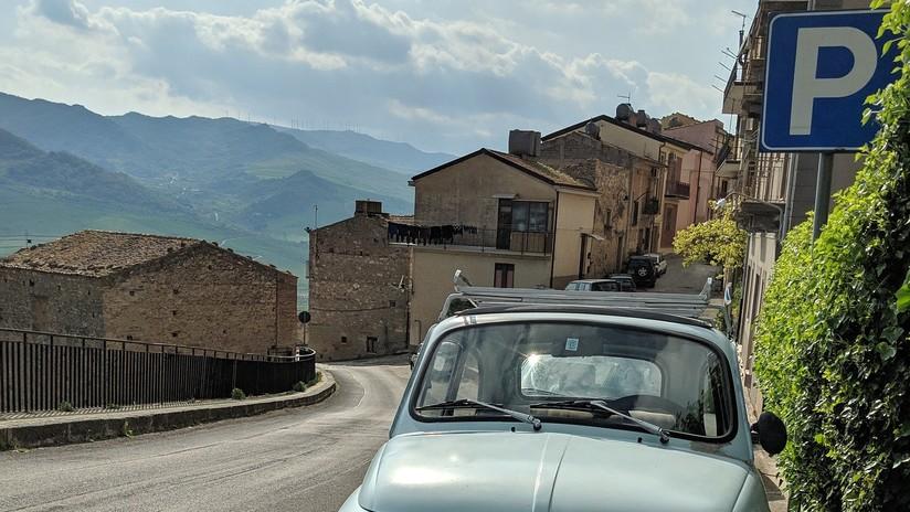 '¿Lograste aparcar? Dale gracias a dios': Aparece en Italia un parquímetro que 'cobra' en oraciones
